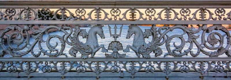 Trilhos ornamentados da ponte de Blagoveshchenskiy, uma do ferro fundido das pontes de bascule principais no Neva, em St Petersbu fotos de stock