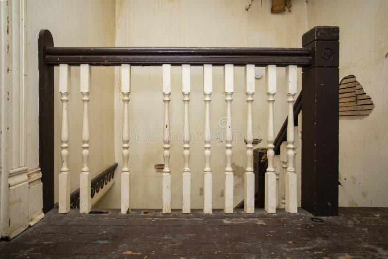 Trilhos quebrados velhos da escada na casa dilapidada fotos de stock
