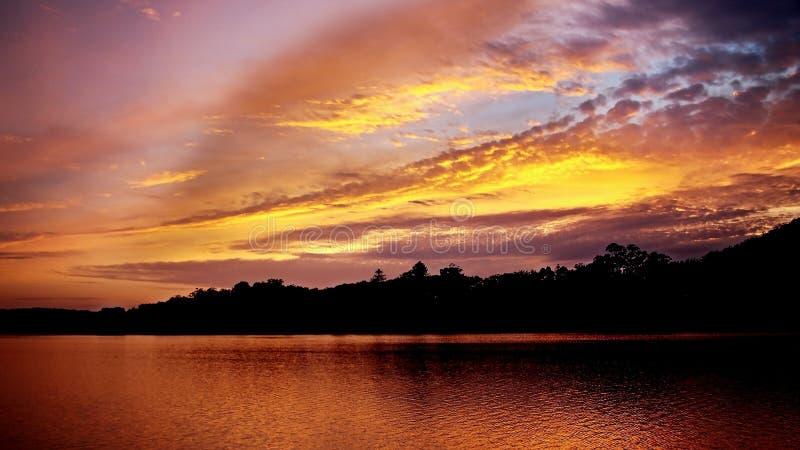 Trillend bewolkt gouden zonsopgangzeegezicht royalty-vrije stock afbeelding