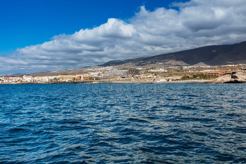 Trillend landschap en diep-blauwe wateren van de het westenkustlijn van Tenerife zoals die van een jacht worden gezien De sluimer stock foto's