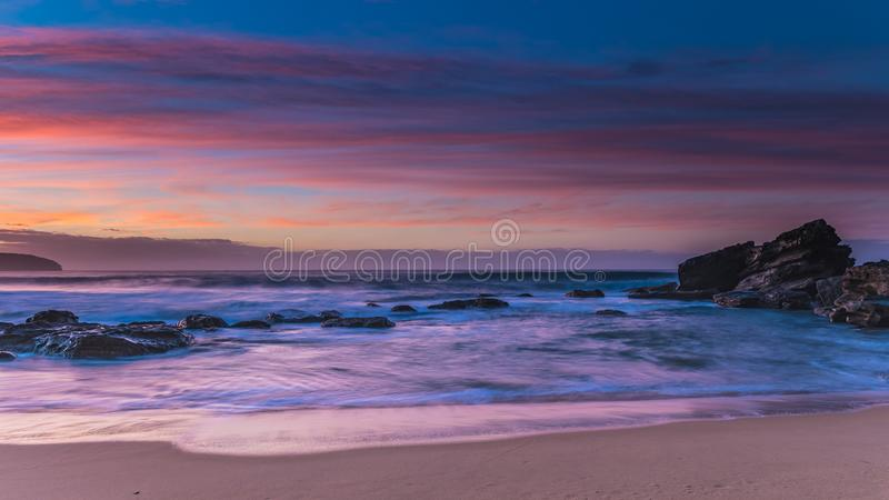 Trillend Rocky Sunrise Seascape met Rotsen en Branding royalty-vrije stock afbeeldingen