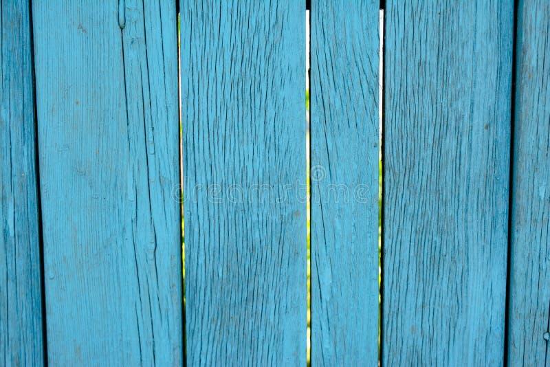 Trillende cyaan blauwe oude houten planking achtergrond met barsten stock foto's