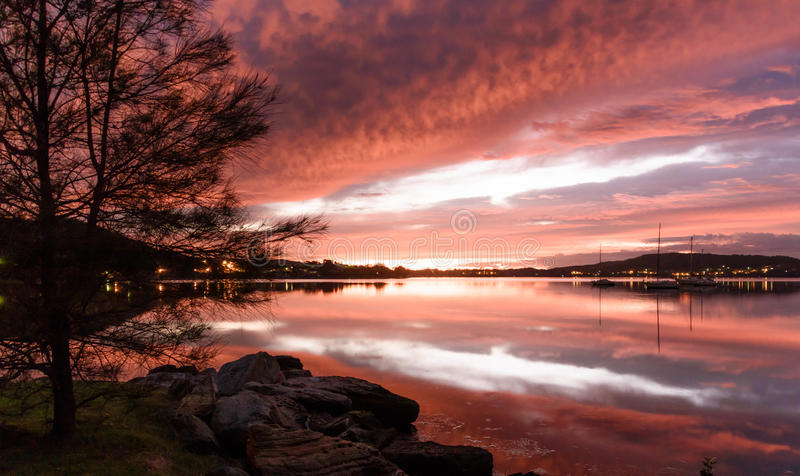 Trillende Dawn Waterscape over de Baai stock afbeeldingen