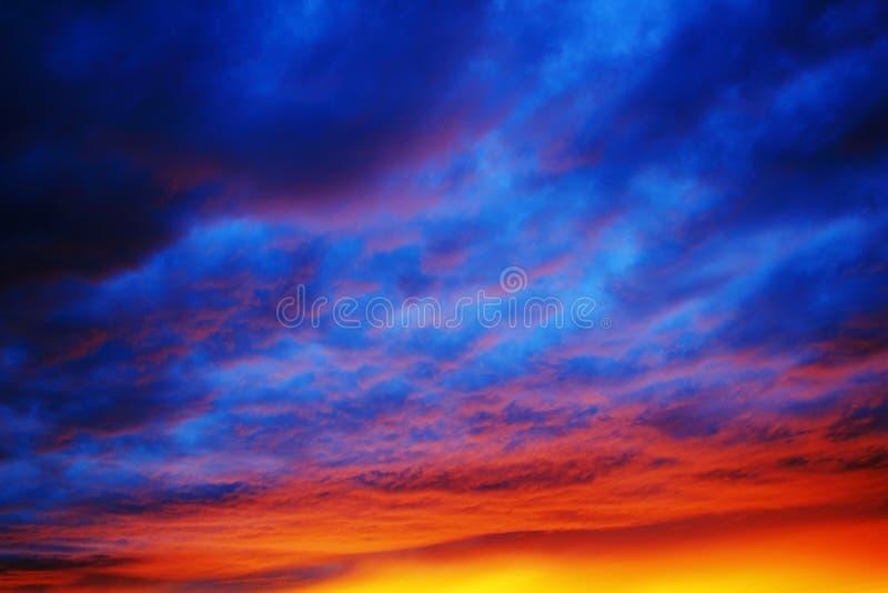 Trillende kleuren door zonsonderganghemel stock foto
