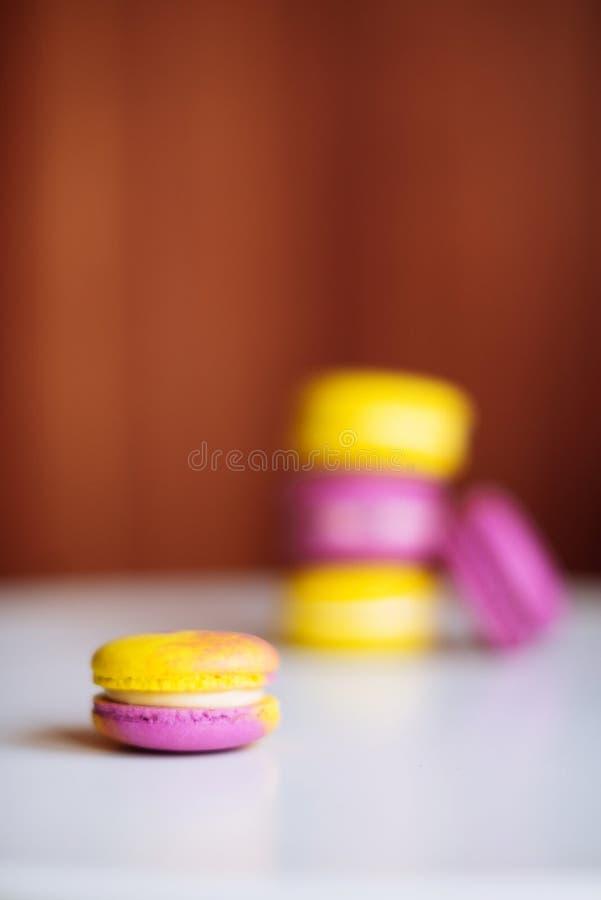Trillende kleurrijke macarons op witte houten lijst Tekstruimte royalty-vrije stock afbeeldingen