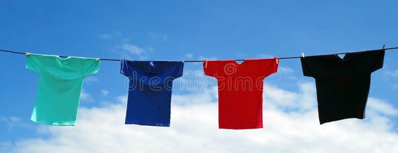 Trillende Overhemden op een Lijn stock foto