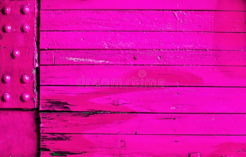 Trillende roze hout en metaaltextuur als achtergrond stock foto