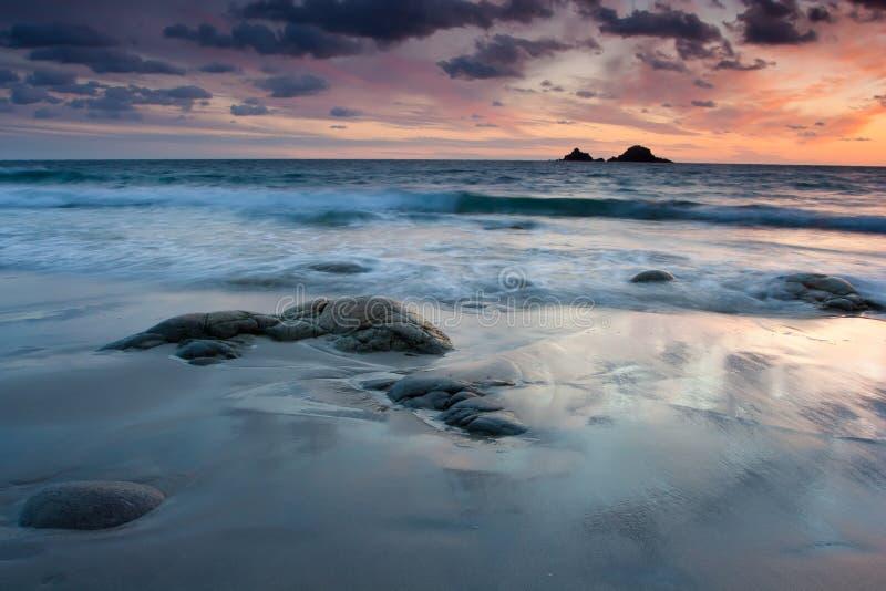 Trillende strandzonsondergang stock fotografie