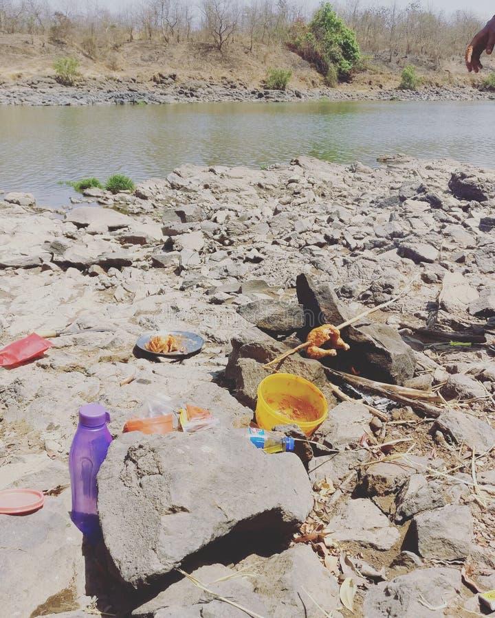 Trilles bon marché seulement en nature naturelle de rivière de manière de BBQ de poulet d'Inde images stock