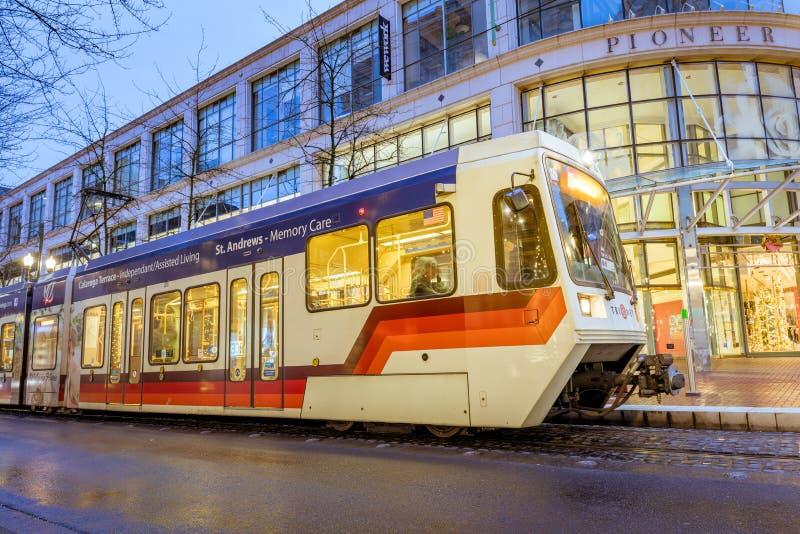 TriMet massimo, traccia del tram alla notte accanto al quadrato pionieristico in Morriso fotografie stock libere da diritti