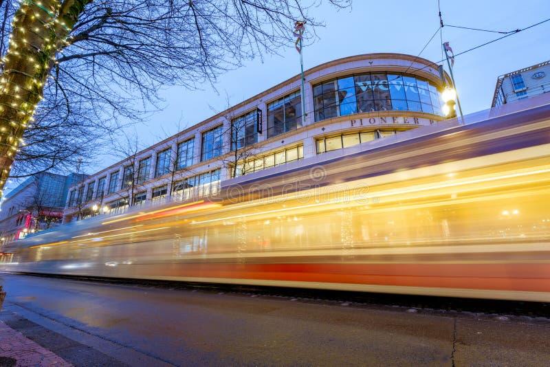 TriMet maximum, traînée de tram la nuit près de place pionnière dans Morriso photographie stock libre de droits