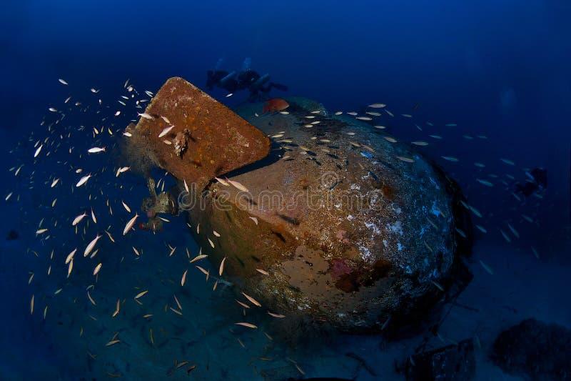 Trimix Taucher erforschen tiefes Wrack Colona IV auf 65 m lizenzfreies stockfoto
