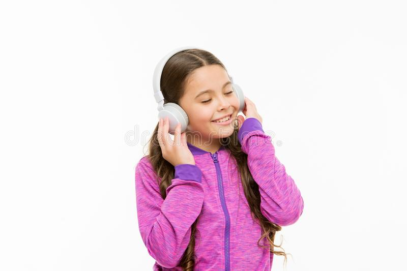Trimma in i en våg av det verkliga ljudet Gullig unge som lyssnar till det solida spåret som isoleras på vit Det aktiva barnet ty royaltyfri fotografi