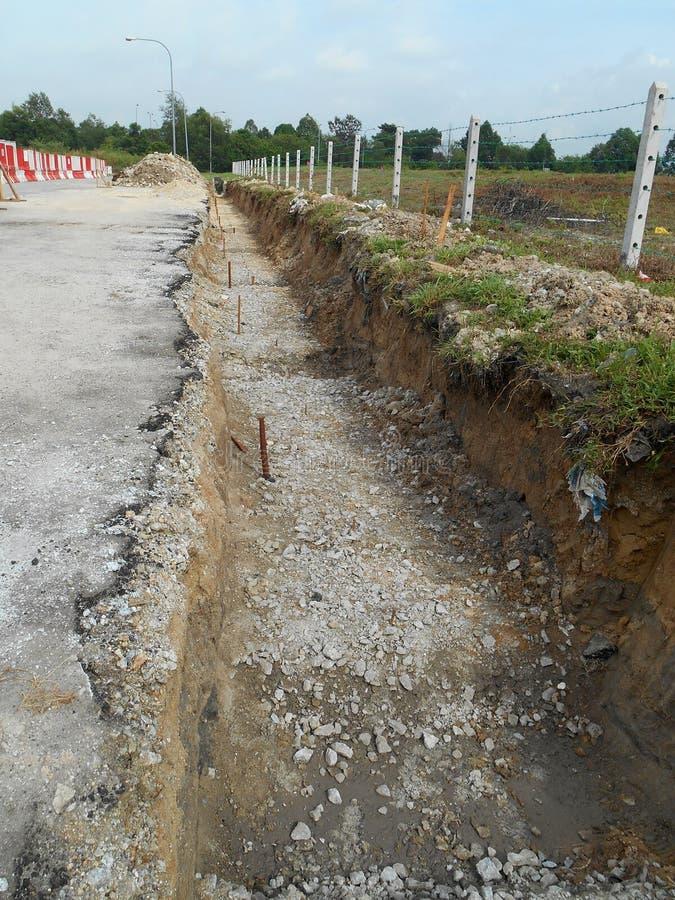 Trincheiras escavadas no canteiro de obras por trabalhadores da constru??o fotografia de stock royalty free
