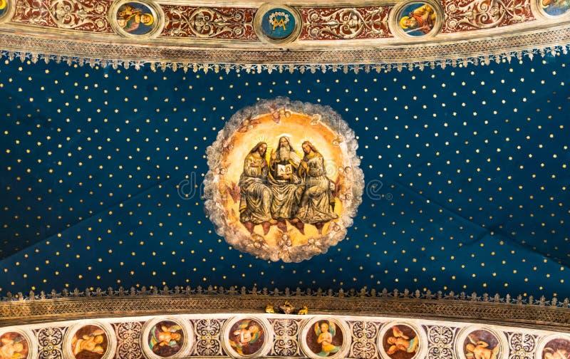Trindade santamente pintada no teto de catedral principal fotos de stock royalty free
