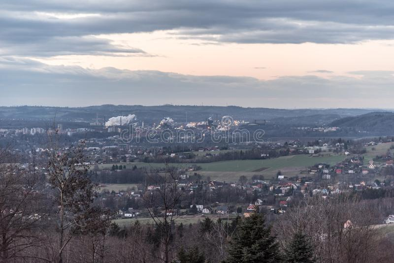 Trinec stad med att röka Trinecke den zelezarny fabriken i Tjeckien under höstafton royaltyfria bilder