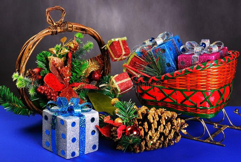 Trineo con los regalos y la guirnalda fotografía de archivo libre de regalías