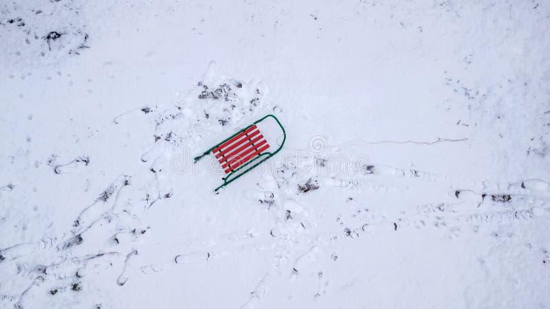 Trineo en la opinión de la nieve del quadcopter Opinión del ojo del ` s del pájaro foto de archivo libre de regalías