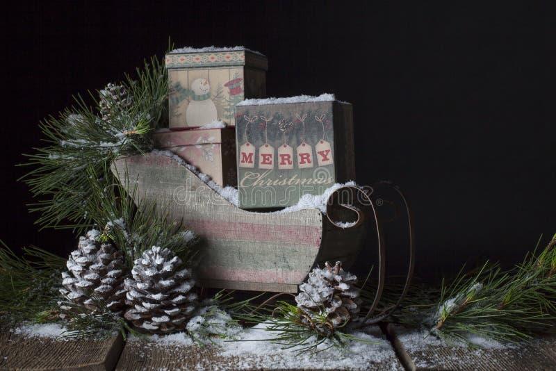 Trineo rústico de la Navidad foto de archivo libre de regalías