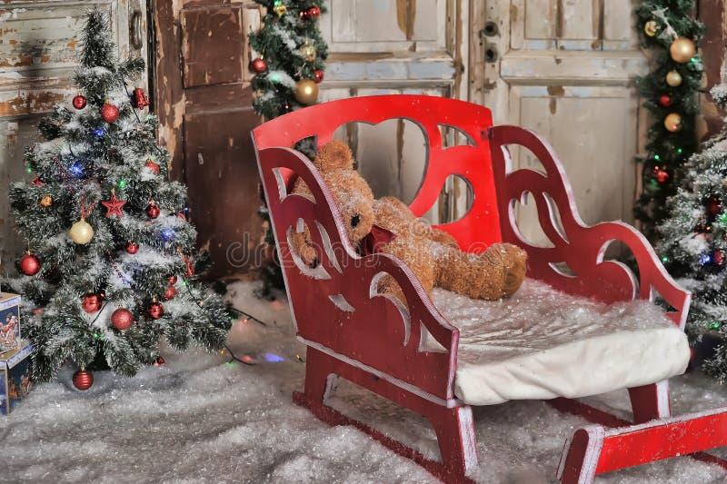 Trineo rojo en el árbol de navidad imagen de archivo