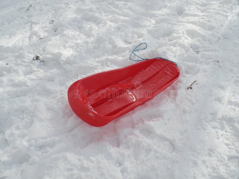 Trineo rojo en la nieve fotografía de archivo