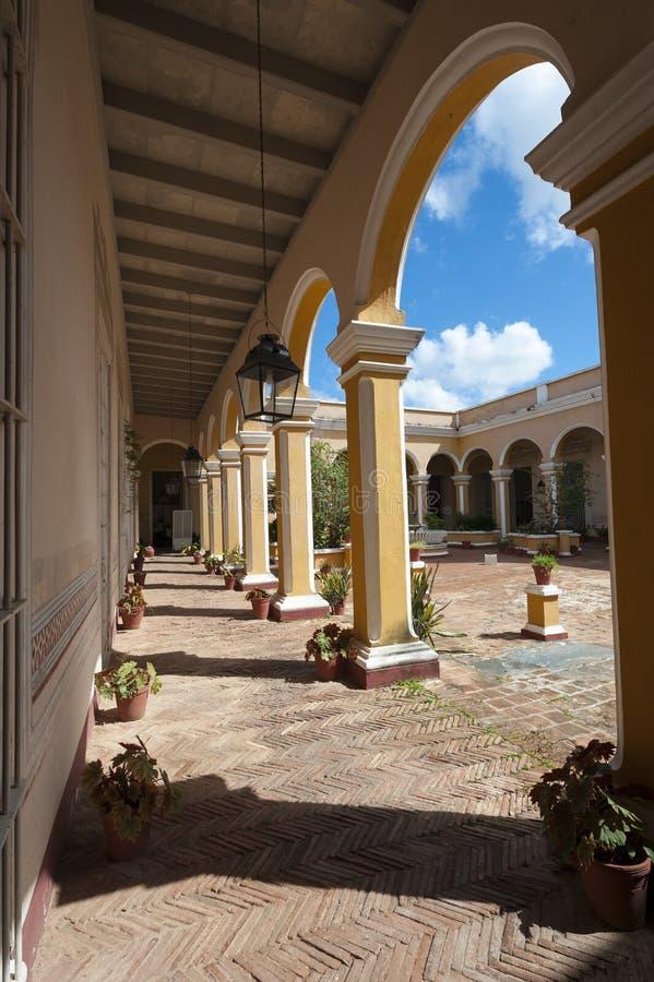 Trinidad Cuba Colonial Arch Architecture med borggården royaltyfri fotografi