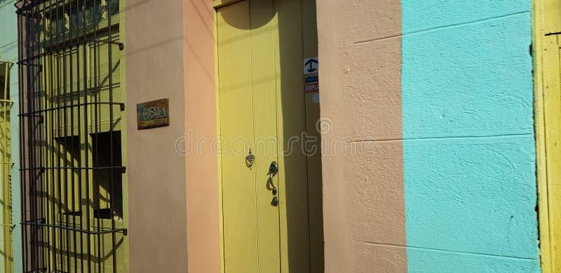 Trinidad Cuba Colourful gata arkivfoton