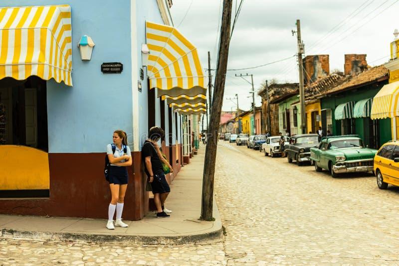 Trinidad, Cuba - 2019 Cubaans meisje met school eenvormig op straathoek die op de lokale bus wachten stock afbeeldingen