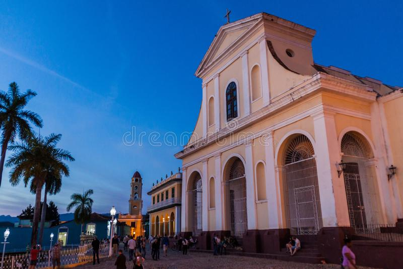 TRINIDAD, CUBA - 8 DE FEBRERO DE 2016: Vista nocturna de la iglesia de Iglesia Parroquial de la Santisima Trinidad en Trinidad, C foto de archivo libre de regalías
