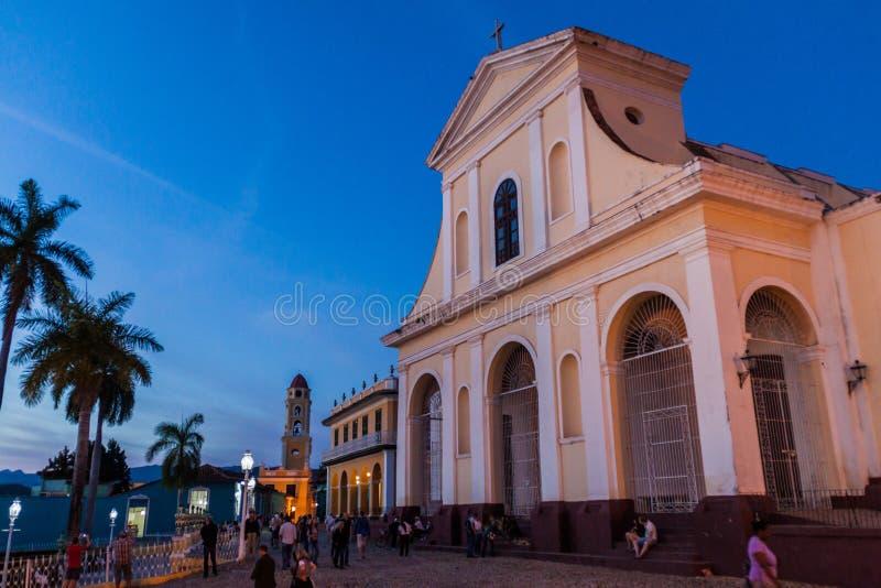 TRINIDAD, CUBA - 8 DE FEVEREIRO DE 2016: Opinião da noite da igreja de Iglesia Parroquial de la Santisima Trinidad em Trinidad, C foto de stock royalty free