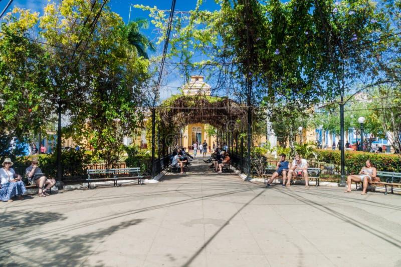 TRINIDAD, CUBA - 8 DE FEVEREIRO DE 2016: Vista do parque de Parque Cespedes no centro de Trinidad, Cub fotografia de stock