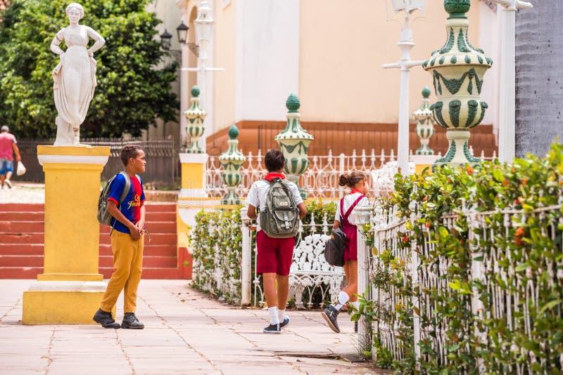 TRINIDAD, CUBA - 16 DE MAIO DE 2017: Uma ideia das esculturas do ` s da cidade Crianças em uma rua da cidade Copie o espaço para  imagens de stock
