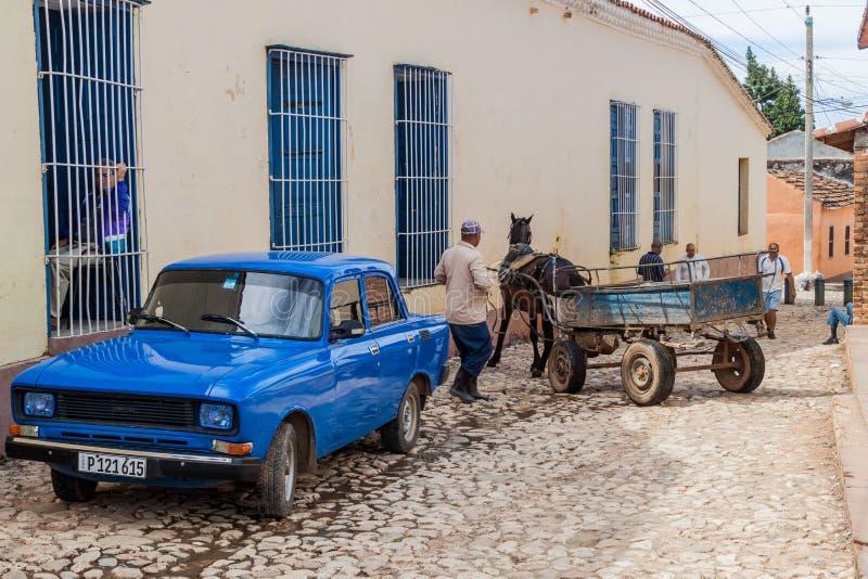 TRINIDAD, CUBA - 8 FEBRUARI, 2016: De sovjetlada-auto en een paardvervoer op a cobbled straat in het centrum van Trinidad, Welp royalty-vrije stock foto's