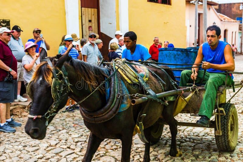 Trinidad, Cuba - 2019 Los residentes de Trinidad todavía utilizan los carros traídos por caballo como el vehículo preferido fotos de archivo