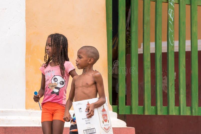 TRINIDAD, CUBA - 16 MAGGIO 2017: Bambini cubani sulla via Copi lo spazio per testo immagini stock libere da diritti