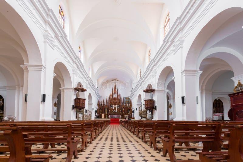 TRINIDAD, CUBA - MEI 16, 2017: Binnenland van de kerk van de Heilige Drievuldigheid Exemplaarruimte voor tekst royalty-vrije stock afbeeldingen