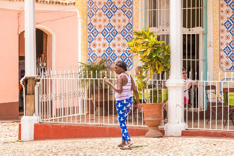 TRINIDAD, CUBA - MEI 16, 2017: Cubaans bejaarde op een stadsstreptokok royalty-vrije stock fotografie