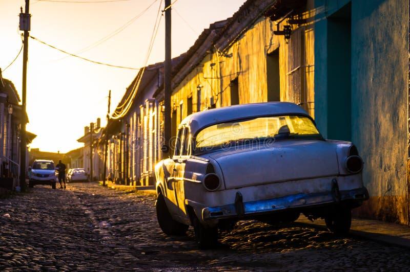 Trinidad, Cuba: Rua com o oldtimer no por do sol fotos de stock royalty free