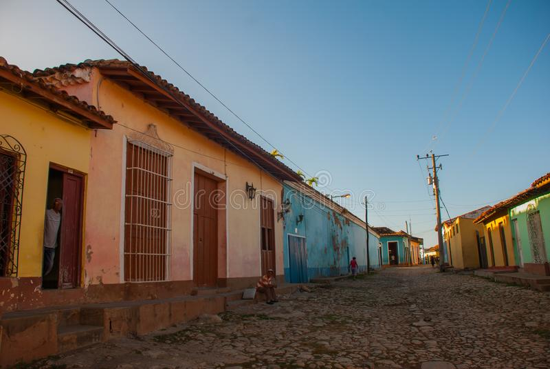Trinidad, Cuba Rua cubana tradicional com estrada das pedras e as casas multi-coloridas fotos de stock