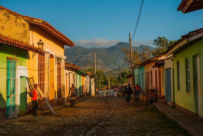 Trinidad, Cuba Rua cubana tradicional com estrada das pedras e as casas multi-coloridas imagens de stock