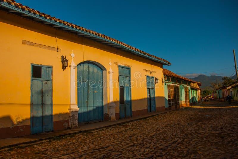 Trinidad, Cuba Rua cubana tradicional com estrada das pedras e as casas multi-coloridas imagem de stock