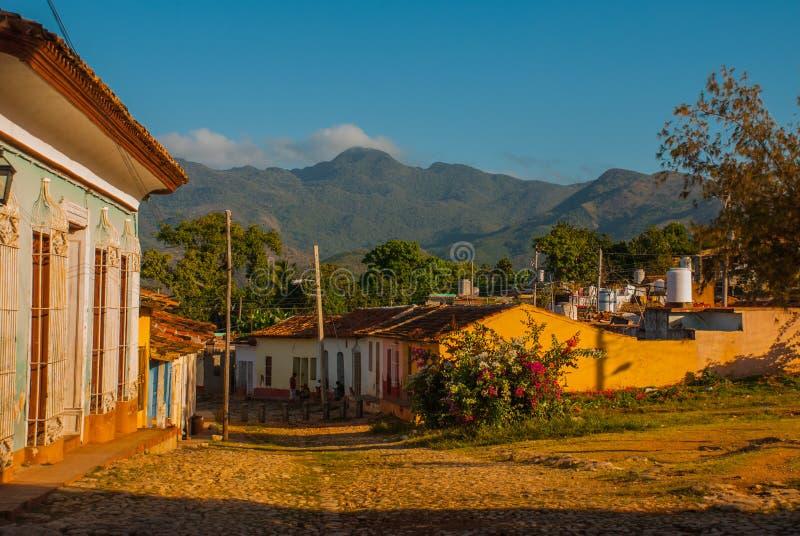 Trinidad, Cuba Rua cubana tradicional com estrada das pedras e as casas multi-coloridas foto de stock royalty free