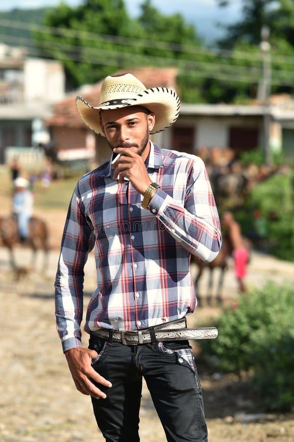Trinidad Kuba, Augusti 16th, 2018: Man som ser som cowboyen som går på gatorna av Trinidad arkivfoton