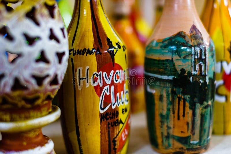 Trinidad, Kuba - 2019 Dekorative Flaschen auf einem Regal in Trinidad, Kuba Handgemachte Flaschendesigne stockfotografie