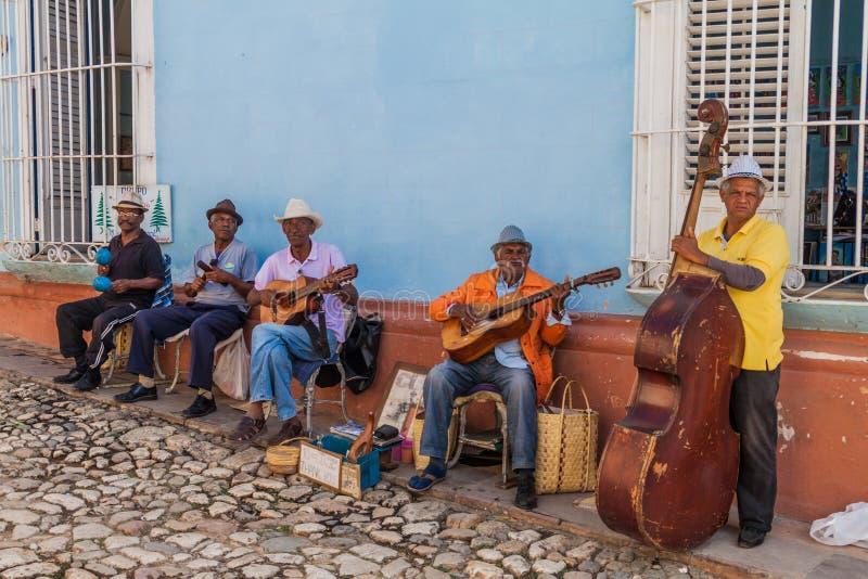 TRINIDAD KUBA - FEBRUARI 8, 2016: Gruppen av lokala musiker spelar på en gata i mitten av Trinidad, gröngöling arkivbilder