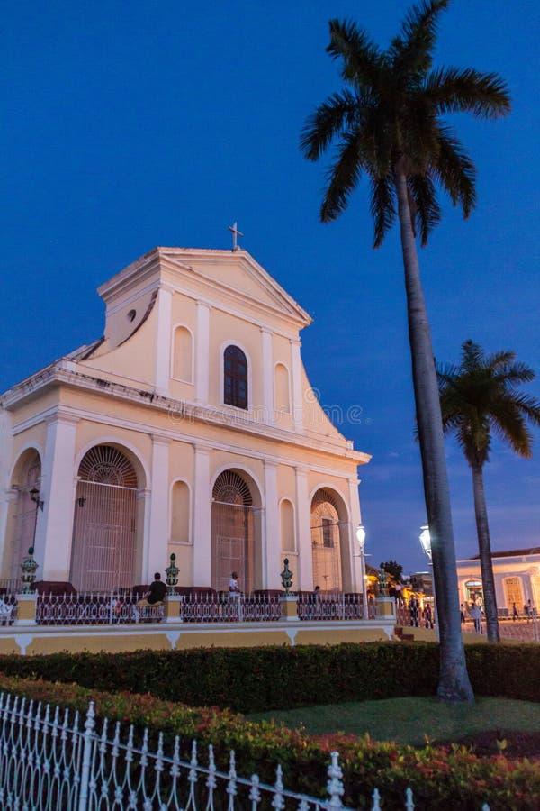 TRINIDAD KUBA - FEBRUARI 8, 2016: Nattsikt av den Iglesia Parroquial de la Santisima Trinidad kyrkan i Trinidad, gröngöling arkivbild