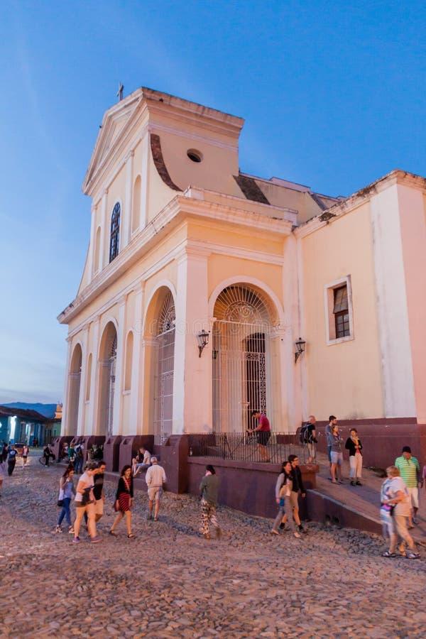 TRINIDAD KUBA - FEBRUARI 8, 2016: Nattsikt av den Iglesia Parroquial de la Santisima Trinidad kyrkan i Trinidad, gröngöling royaltyfri bild