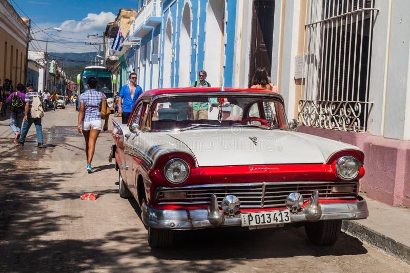 TRINIDAD KUBA - FEBRUARI 8, 2016: Tappningbil Ford Fairline på en gata i mitten av Trinidad, gröngöling royaltyfri fotografi