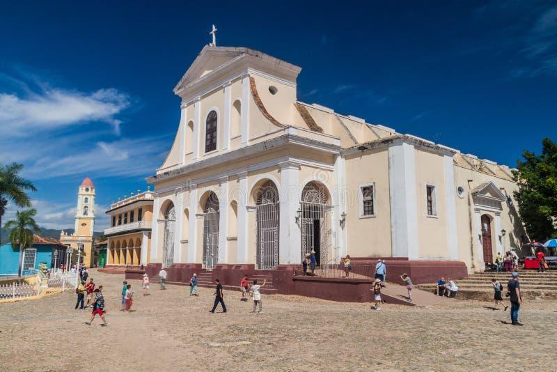 TRINIDAD KUBA - FEBRUARI 8, 2016: Turister framme av den Iglesia Parroquial de la Santisima Trinidad kyrkan i Trinidad, gröngölin arkivfoto