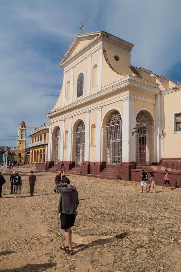 TRINIDAD KUBA - FEBRUARI 8, 2016: Turister framme av den Iglesia Parroquial de la Santisima Trinidad kyrkan i Trinidad, gröngölin arkivbilder